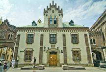 Kraków - Pałac Czartoryskich / Pałac Czartoryskich w Krakowie. W 1874 r. władze miasta Krakowa ofiarowały księciu Władysławowi Czartoryskiemu na cele muzealne budynek dawnego Arsenału Miejskiego (zbudowanego w latach 1565–1566 przez budowniczego miejskiego Gabriela Słońskiego)  oraz sąsiadujące baszty. Do Muzeum należy również tzw. Klasztorek (część klasztoru Pijarów), połączony przewiązką nad ul. Pijarską z pałacem Czartoryskich. W II połowie XIX w przebudował na cele muzealne architekt francuski Maurycy Ouradou.