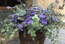 Cestos con flores / Combinación de flores en cestos naturales. Son ideales para la decoración floral en bodas, en rincones de casa o de tu trabajo. ¡Son ligeros y amorosos!