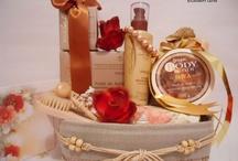 Cosuri Cadou Craciun / Cosuri Cadou Spa create in spiritul sarbatorilor, pline de produse spa cu arome de ciocolata, portocale, scortisoara, trandafir, in culori vii si vesele, cu mult rafinament, eleganta si fast. Inedite, creative, uluitoare, originale. Mai multe pe www.godartgifts.com