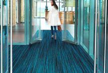 Coral / Coral, líder internarcional há mais de 40 anos, é a escolha ideal para quem precisa de um tapete de entrada, pois retém até 90% da sujeira e umidade dos sapatos. Isso tudo aliado a muito bom gosto e facilidade de limpeza.