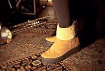 Stivaletti ELLA-D / Le scarpe e gli accessori ELLA-D sono prodotti interamente in pelle e fatti a mano nel nostro atelier di produzione. Il lavoro degli artigiani italiani del piccolo borgo di Sant'Elpidio a Mare nelle Marche porta nel mondo prodotti unici e di qualità.