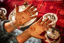 Decoración con Henna / La henna es un producto natural de belleza cuyo origen en el mundo preislámico data de épocas milenarias. Se extendió por las culturas orientales y musulmanas, empleándose en ocasiones especiales como bodas, bautizos o fiestas del cordero. La henna constituye un símbolo de alegría que se aplica a través de diseños florales y refinados, y que todas las saharauis utilizan