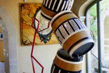 Artystyczne beczki w winnicy