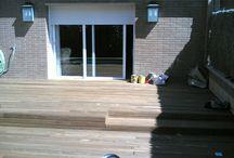 Suelo de madera en piscina y vallas en terraza particular