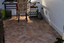 Brick Tile Family Room and Living Room Floors / Brick tiles can be a beautiful addition to family rooms or living rooms. They are striking as a frame for area rugs.