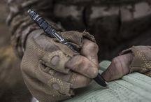 Tactical pens / Должное умение даже обычную письменную ручку может превратить в предмет для самообороны. Эта же ручка, но в прочном алюминиевом или титановом корпусе становится уже полноценным легальным оружием, которое остается при вас даже в местах с самым строгим режимом безопасности и личным досмотром.