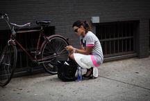 Scott Schuman / Fotoblog van straatportretten van hippe, goed geklede voorbijgangers wereldwijd. Grappig om te zien hoe we allemaal met hetzelfde bezig zijn... http://www.thesartorialist.com/