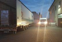 Transport na czas / Coraz więcej firm poszukuje firm transportowych które posiadając odpowiednią logistykę oraz doświadczoną załogę jest w stanie zagwarantować stałe dostawy przesyłek firmowych. Przesyłki firmowe mniejszych lub większych firm zarówno na rynku krajowym jak i międzynarodowym.