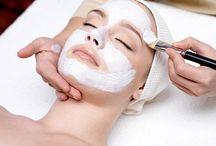 Maschere per il Viso Fai da Te / In estate la pelle può diventare secca a causa del contatto con l'acqua salata e dell'eccessiva esposizione al sole. Per curare al meglio la pelle, anziché ricorrere alle maschere facciali acquistabili in drogheria, che spesso contengono molte sostanze conservanti, puoi preparare le tue maschere di bellezza direttamente a casa tua. Un'alternativa naturale, semplice e conveniente per una pelle luminosa e libera dalle impurità.