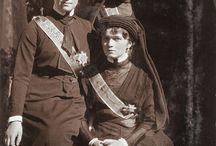 En el funeral del Gran Duque Konstantine Konstantinovich / Las Grandes Duquesas Olga, Tatiana y María asisten al funeral del Gran Duque Konstantine, poco después vendría la Revolución