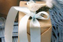 Idée d'emballage cadeau de Noël original avec un ornement en verre / Utilisez des suspensions de sapin pour faire l'emballage cadeau original. Accrochez une suspension en verre au milieu de nœud de ruban.