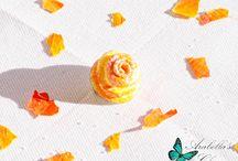 Spilla con fiore rosa gialla e arancione fatta in fimo