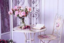 """1: чаепитие мудборд / Сказочные съемки 1) съемка в лесу/саду, аля """"безумное чаепитие"""". Маленький резной столик и стульчик, на столе торт, капкейки, разные сладости, чайник и чашечки. Вокруг стола в качестве антуража и локации гигантские ростовые розы или пионы, с диаметром цветков около метра. Для усиления сказочной атмосферы можно добавить дыма (белого или цветного). Образ несложный, прическа легкие локоны или волны, мейк нежный, без лишнего креатива, платье короткое или длинное пастельных оттенков."""