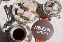 Nescafe Azera / Kawa Nescafe Azera Americano & Espresso. Po otworzeniu puszki unosi się wspaniały zapach kawy jak w kawiarni - świeżo zmielonych ziaren, świetny smak prawdziwej kawy odpowiednio intensywny. Z rana piję bez mleka a po południu z mlekiem :) Bardzo podoba mi się gładka konsystencja kawy. Jest to najlepsza kawa rozpuszczalna jaką do tej pory piłem - smakuje mi jak kawa z mojej lokalnej kawiarni. Kawy te pobudzają wszystkie zmysły swoim smakiem i aromatem.
