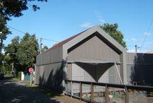 Maison GN / Maison passive de bord de mer.  Bardage extérieur réalisé en mélèze peint en gris.  Les menuiseries sont en bois et le revêtement intérieur en lambris. L'isolation des murs est réalisée avec de la fibre de bois.  Une partie de la toiture est plate avec de la végétalisation (apport d'inertie et d'isolation supplémentaire).