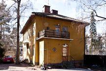 1940-1950-luku omakotitalot / Arkkitehtuurissa 1940-50 luvun asuntoarkkitehtuurista on tutkittu lähinnä rintamamiestaloja ja sosiaalista asuntotuotantoa. 40/50-luvun porvariston omakotitalot ovat jääneet marginaaliin, vaikka ne edustavat monelle juuri sitä unelmien kaupunkikotia.  Olen etsinyt ja dokumentoinut kohteita harvakseltaan pääkaupunkiseudulta. Mukana on joitakin pienkerrostaloja ja rivitaloja. Työ jatkuu...