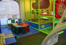 ChiquiPark / Es un espacio creado para el entretenimiento y disfrute de los más pequeños. Disponemos de un parque infantil con piscina de bolas, tobogán, zona de escalada, laberinto, material didáctico, suelos acolchados, castillo hinchable y monitoras especializadas.  Jugar, aprender, crear y potenciar de forma ingeniosa la imaginación de nuestros pequeños clientes es nuestro objetivo.