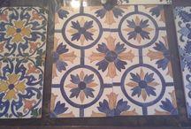 Azulejos sobre madera / Réplica azulejos portugueses sobre madera (en cuadrados de 14,5 x 14,5) realizados totalmente a mano con técnica estarcido o stencil. En algunos casos policromados, pero predomina el color blanco y azul, como influencia china, Flandres e Italia. Pedidos - ngferro@yahoo.es