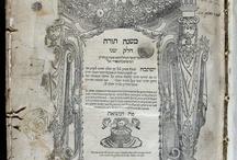 APADRINAT! Mixné Torà / Obra principal de Maimònides. Escrita en àrab durant la dècada de 1170, l'autor vol sintetitzar el contingut legal i espiritual del Talmud, i presentar de manera sistemàtica tota la legislació jueva. L'obra va ser escrita amb l'objectiu que totes les persones poguessin apreciar les bondats del judaisme i en quedessin convençudes. Aquesta edició va sortir de la impremta de Marco A. Giustiniani, que es dedicà a la impressió de llibres per a la comunitat jueva de Venècia, l'any 1551.