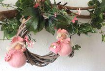 Lente / Dit  moeten bloemknoppen voorstellen ..ik heb ze zelf gemaakt van vilt ...en ik hang ze altijd op als de lente begint  nu begin ik vroeg ,maar het is al gezellig om de lente binnen in huis te halen ❤✨