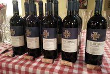 Fllacianello della Piave - vertikála / Flaccianello della Piave, nebo prostě jen FLACCIANELLO. Je to jedno z nejpozoruhodnějších vín Toskánska. Na začátku se jednalo o cuvé modrých i bílých odrůd, a to proto, že odrůda Sangiovesse má až přemíru tříslovin a kyselin a bílé hrozny je dokázaly ukrotit. Giovanni Manetti snil o velkém vínu z Toskánska, které bude reprezentovat Itálii. Ročník 2006 získal v hodnocení časopisu Winespectator 99 bodů ze 100, a to je sakra hodně. O sen se tady už rozhodně nejedná.