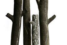 Chalet gris: c'est chic / Le gris en déco c'est chic mais dans un chalet c'est encore plus chic! Il apporte sa rigueur et son design au vieux bois à condition qu'il ne soit pas trop foncé. Rehaussé de blanc et de noir, le gris est graphique et très moderne...on aime #decochaletgris #chaletgris #décogrise #grisdesign #chaletsuisse