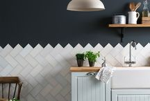 From the window to the wall - stylish kitchen backsplash tiles / Inspiration for the latest trends in hexagonal, graphic, herringbone and metallic kitchen wall tiles