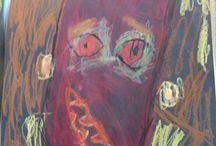 """Børnehaveklasse værksted/kreativitet / Impressionisme i børnekunst portræt. Efter at have kigget på impressionistiske portrætter på nettet og snakket farver og skygger malede børnene disse med caran dache vandopløselige farver og oliefarver på sort cardus. Vi snakkede om at de skulle farvelægge på en hel ny måde ligesom rigtige kunstnere for at komme væk fra den """"normale"""" måde at farvelægge et portræt på."""