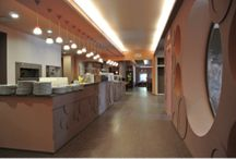 Salle de restaurant / Avis aux professionnels ! Découvrez nos solutions en matière de plafonds tendus dans votre salle de restaurant.