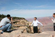 Touristen / Schon seit Jahren fotografieren wir auf unseren Reisen andere Touristen beim Sightseeing. Dabei versuchen wir, den Fotografen, die Fotografierten sowie das Hintergrundmotiv in einem Bild einzufangen. Auf diese Weise sind hunderte von Fotos entstanden. Die besten zeigen wir auf www.travelisto.net/touristen