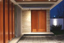 Puertas Exteriores y revestimiento. / Vigas y paredes de cemento encofrado se combinan con la madera para otorgarle calidez a este frente.