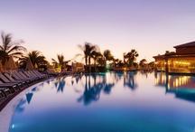 H10 Costa Adeje Palace, Tenerife / Este exclusivo hotel está situado en Costa Adeje, en primera línea de mar y a tan solo 50 metros de la playa de arena La Enramada. El hotel dispone de Bar Chill-Out con vistas al mar, instalaciones deportivas, salones, Miniclub Daisy y Despacio Spa Centre. www.hotelh10costaadejepalace.com / by H10 Hotels