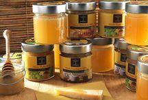 Miele / Dall'estrazione per forza centrifuga, all'affioramento, alla filtrazione e al successivo confezionamento curiamo artigianalmente tutte le fasi della lavorazione, per ottenere un miele buono sano e naturale. Il nostro miele di tiglio, d'acacia e millefiori è certificato ICEA come prodotto biologico.