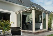 Vérandas authentiques / Dans un style très classique, Fillonneau Vérandas garantit à votre véranda à toiture mono-pente un sens des proportions et une harmonie des formes pour une extension de maison simple à fabriquer, entièrement tournée vers la lumière.
