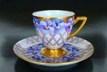 Belas xícaras em violeta.