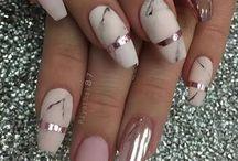 Belas unhas cromadas e decoradas
