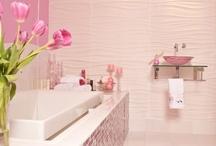 Färg / Ljusa badrum med färgglada inslag.