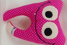 Zahnfeekissen / Große Augen, lachender Mund gepaart mit einem schiefen Zähnchen – so guckt der kleine Zahn fröhlich in die Welt.  Ein Beinchen besitzt ein kleines Fach, in dem ein herausgefallener Wackelzahn verstaut werden kann, damit die Zahnfee diesen schneller und einfacher findet. Sehr praktisch!  Auch für Kinder, die Angst vorm Zahnarztbesuch haben, ist er ein toller Begleiter - können die Beinchen fest umklammert und gedrückt werden und so die größte Angst geteilt werden.