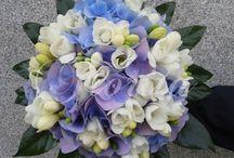 Svatební kytice / Uvážeme svatební kytici dle Vaších představ a z vybraných Vámi květin. Nebo to necháte na nás. Doplníme svatební kytice korsážemi pro ženicha a svatebčany, případně kyticemi pro svědkyni, družičky a maminky. Samozřejmě děláme i velké prostorové dekorace a výzdobu svatební tabule