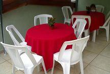 Aluguel de Toalhas de Mesa e Cobre Manchas / Alugamos toalhas de mesa com cobre manchas e capas de cadeiras branca com laços. Temos também o rechaud de duas cubas