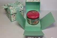 Kado doosjes / Allerlei doosjes van papier om te maken voor een verjaardag, geboorte, huwelijk of zomaar. Vaak kunnen er kleine dingen in de doosjes zoals een kadokaart, geld, babysokjes e.d.