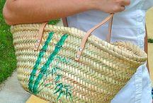 Bolsos pintados a mano / Además de los capazos de playa ahora también tenemos bolsos pintados a mano. Con una premisa similar, no pintamos el fondo, sin embargo cada capazo se ilustra con mucho más detalle y colores. Un sumi-e diferente en cada bolso.