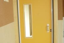 COLEGIO PÚBLICO AZUQUECA / Fabricación y montaje  de las puertas de interior en el CP. de Azuqueca, en cumplimiento con la normativa nacional de equipamiento para centros educativos (http://www.boe.es/boe/dias/2010/03/12/pdfs/BOE-A-2010-4132.pdf)