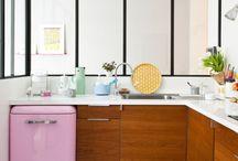 lodówki retro / Szukasz kreatywnego akcentu w swojej kuchni? Rozwiązaniem są lodówki retro, wśród których na pewno znajdziesz model pasujący do twojego wnętrza. Intensywne barwy lodówki o wysokim połysku sprawią, że wybije się ona na tle nowocześnie urządzonej kuchni. W pastelowej odsłonie natomiast będzie idealnie komponować się z tradycyjnym wyposażeniem. A może odważysz się na naklejkę z wieżą Eiffla, kwiatowym wzorem lub samodzielnie zaprojektowanym napisem?