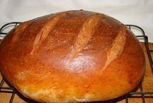 kenyerek, sós, édes kalácsok.