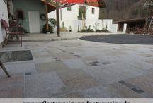 Naturstein-Terrassenplatten (Platten aus Granit, Sandstein, Schiefer, Serpentin) / NATURSTEIN-TERRASSENPLATTEN können sehr unterschiedlich sein.  Wie die aussehen, hängt von unseren ästhetischen, funktionellen Wünschen und Erwartungen ab. Es gibt sehr viel Ideen…Terrassenplatten aus Granit, Sandstein, Schiefer, Gneis, Serpentin…Naturstein-Terrassenplatten können grau, rot, schwarz, grün, grau-gelb und bunt sein. Die kann man auch unterschiedlich herstellen…gesägt, geflammt, gesägt-gespalten, poliert usw. Wir zeigen nur einige Naturstein-Varianten…