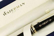 Les stylos personnalisés comme cadeaux d'affaire / La vie d'une entreprise est ponctuée d'évènements (signature d'un contrat, départ à la retraite, évènement marketing) pour lesquels un stylo personnalisé est un cadeau idéal. Scriptilo est à votre écoute pour créer le stylo qui correspondra à vos besoins.