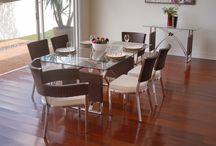 Linha La Moneda / A linha La Moneda é composta por conjunto de mesa (redonda ou retangular) e cadeiras, poltrona, banquetas e aparador.