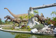 Thailand und die Dinosaurier / In Thailand wurden die ersten Funde von Dinosaurier Fossilien im Jahre 1976 in Phu Wiang gemacht.   Neben Phu Wiang ist Phu Khao Kun die grösste Fundstätte von Dinosaurier Fossilien in Thailand. Sowohl in Phu Wiang als auch in Phu Khao Kun wurden Museen gebaut, in denen man die Fundstücke und Nachbildungen der Tiere besichtigen bzw. sich über das Leben der Dinosaurier informieren kann.