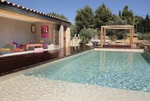 Béton ciré en extérieur / Le béton ciré Marius Aurenti s'applique en extérieur sur du mobilier, des terrasses, allées, murets, et dans les piscines et bassins. Ses teintes minérales sont conçues pour résister aux UV et à l'usure du temps.